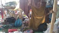 Tampak emak-emak paruh baya di TPA Temurejo, Kecamatan Blora, Kabupaten Blora, sedang berteduh di balik tenda ala kadarnya. (Liputan6.com/Ahmad Adirin)