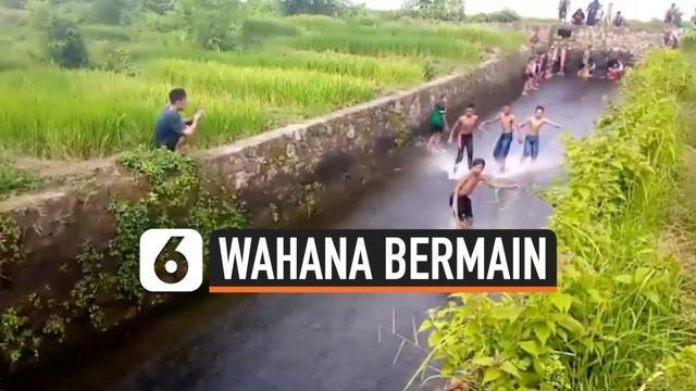 Ide kreatif datang dari sekumpulan bocah di Desa Sampang Agung, Kutorejo, Jawa Timur. Setelah hujan datang, bocah-bocah tersebut menggunakan saluran irigasi menjadi wahana permainan.