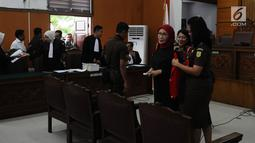 Terdakwa kasus dugaan penyebaran berita bohong atau hoaks Ratna Sarumpaet memakai rompi tahanan seusai sidang lanjutan di PN Jakarta Selatan, Rabu (6/3/2019). Sidang beragendakan pembacaan nota keberatan atau eksepsi. (Liputan6.com/Herman Zakharia)