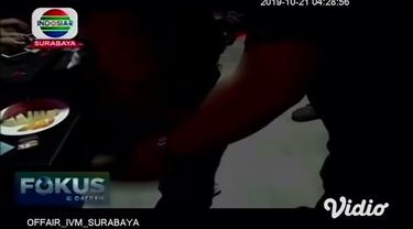 Petugas gabungan dari Badan Narkotika Nasional Kabupaten (BNNK), Satpol PP, TNI, dan Polres Tuban, mengamankan dua perempuan pengunjung karaoke saat razia tes urine.