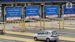 Kendaraan melintasi Gerbang Tol Pondok Ranji di Tangerang Selatan, Banten, Senin (18/1/2021). Kenaikan tarif jalan tol lingkar luar Jakarta (JORR) berlaku mulai 17 Januari 2021. (Liputan6.com/Johan Tallo)