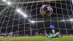 Pemain RB Leipzig, Marcel Sabitzer, mencetak gol ke gawang Tottenham Hotspur pada laga liga Champions di Red Bull Arena, Selasa (10/3/2020). RB Leipzig menang dengan skor 3-0. (AP/Michael Sohn)