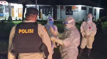 Akhirnya pasien tersebut ditemukan berada di mobil menuju Puskesmas Lobo, Talaud, dengan maksud mau berobat, karena masih dalam kondisi lemah.