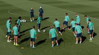 Para pemain Real Madrid berlatih di kompleks latihan Valdebebas, Madrid, Spanyol, Senin (30/9/2019). Real Madrid bersiap jelang menjamu Club Brugge dalam laga Liga Champions. (AP Photo/Bernat Armangue)
