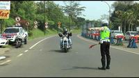 Pengendara motor gede (moge) menerobos tol diadang polisi. (Liputan6.com/Achmad Sudarno)