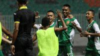 Para pemain PS TNI U-21 merayakan gol ke gawang Persib Bandung U-21 di Stadion Pakansari, Bogor, Minggu (21/8/2016). PS TNI U-21 menang 2-1. (Bola.com/Nicklas Hanoatubun)