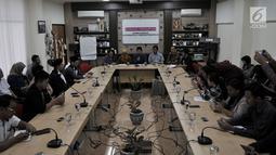 Jubir Jemaat Ahmadiyah Indonesia Yendra Budiana (tengah) memberi keterangan saat konferensi pers di Kantor Komnas Perempuan, Jakarta, Senin (21/5). Akibat penyerang itu 6 rumah rusak dan 4 sepeda motor hancur. (Merdeka.com/Iqbal S Nugroho)