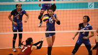 Tim voli putri Indonesia bersiap menghadang bola dari pevoli Vietnam, Ha Ngoc Diem di Hall 11 MITEC, Kuala Lumpur, Sabtu (26/8). Timnas voli putri Indonesia melangkah ke final SEA Games 2017 setelah mengalahkan Vietnam. (Liputan6.com/Faizal Fanani)