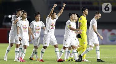 Para pemain PSS Sleman merayakan kemenangan atas PSM Makassar pada laga perebutan juara tiga Piala Menpora 2021 di Stadion Maguwoharjo, Sleman, Sabtu (24/4/2021). PSS Sleman mengalahkan PSM Makassar dengan skor 2-1. (Bola.com/M Iqbal Ichsan)