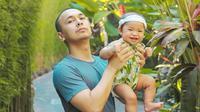 Masih berusia 6 bulan, Raditya Dika dan Anissa Aziza ajak Alinea Ava Nasution liburan ke Bali. (Sumber: Instagram/@raditya_dika)