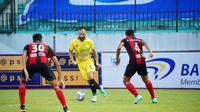 Striker Barito Putera, Aleksandar Rakic, saat berusaha melewati dua pemain Persipura Jayapura dalam laga pekan kesembilan BRI Liga 1 2021/2022, Senin (25/10/2021). (Bola.com/Nandang Permana)