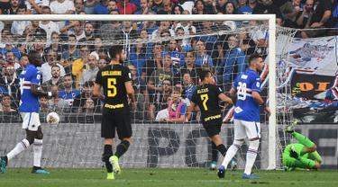 Penyerang Inter Milan, Alexis Sanchez (kedua kanan) saat mencetak gol ke gawang Sampdoria pada lanjutan pertandingan Liga Serie A Italia di stadion Luigi Ferraris di Genoa (28/9/2019). Gol Sanchez ke gawang Sampdoria merupakan gol perdananya untuk klub barunya ini. (Luca Zennaro/ANSA Via AP)