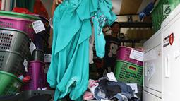 Tumpukan pakaian terlihat di toko laundry di Jakarta, Rabu (20/6). Libur lebaran banyak jasa laundry kebanjiran order hingga 100 karena banyaknya para pembatu rumah tangga yang mudik lebaran. (Liputan6.com/Angga Yuniar)