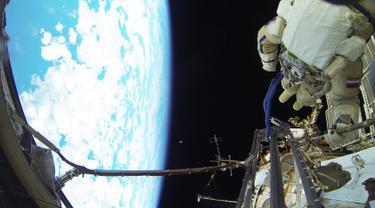 Kosmonot Rusia Sergei Volkov sedang melakukan spacewalk diluar badan Stasiun Luar Angkasa Internasional (ISS), (7/2). Spacewalk adalah kegiatan fisik astronot diluar pesawat ruang angkasa. (REUTERS/Roscosmos)