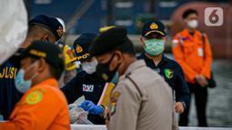 Petugas mengecek kantong body part di JICT II Tanjung Priok, Jakarta, Jumat (15/1/2021). 13 kantong yang dibawa ini berisi bagian tubuh penumpang (body part) Sriwijaya Air SJ182. (Liputan.com/Faizal Fanani)