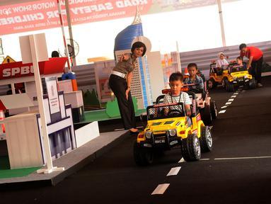 Anggota Polwan mengarahkan laju kendaraan anak anak yang mengikuti Road Safety for Children di JIEXPO Kemayoran, Jakarta, Selasa (12/4). Penyelenggara bersama Korlantas Mabes Polri menggelar Road Safety for Children. (Liputan6.com/Helmi Fithriansyah)