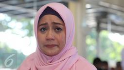 Shinta Tanjung meneteskan air mata saat memberikan keterangan pers di Tangerang,Jumat (15/07). Shinta berharap penyelesain yang terbaik untuk masalah rumah tangganya. (Liputan6.com/Herman Zakharia)
