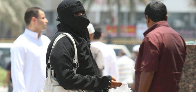 Pengemis wanita banyak yang melakukan aksinya di depan tempat ibadah ataupun pusat perbelanjaan di Dubai   Photo: Copyright emirates247.com