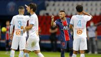 Neymar berdebat dengan Alvaro Marseille, kiri, selama pertandingan antara Paris Saint-Germain dan Marseille di Parc des Princes di Paris, Prancis, Minggu, 13 September 2020. (AP Photo / Michel Euler)