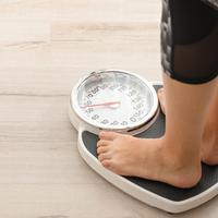 Ilustrasi menimbang berat badan (foto: shutterstock)