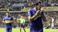 Carlos Tevez striker Boca Juniors melakukan solo run dan melewati 4 pemain lawan mirip dengan gol Maradona di Piala Dunia 1986.