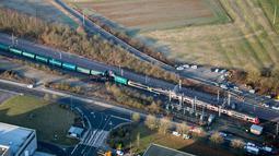 Lalu lintas kereta api antara Luxembourg City dan Thionville di Perancis ditangguhkan sementara akibat kecelakaan tersebut, Luxembourg, Selasa (14/1). Pihak berwenang masih menginvestigasi penyebab kecelakaan tersebut. (Police Grand Ducale via AP)