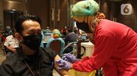 Seorang pria mengikuti vaksinasi gelombang II pelaksanaan vaksinasi Covid-19 di Ballroom Novotel Tangerang, pada Senin,(1/3/2021). Pelaksanaan vaksinasi Covid-19 tersebut digelar Dinas Kesehatan Kota Tangerang. (merdeka.com/Arie Basuki)