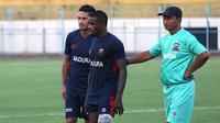 Pelatih interm Madura United, Djoko Susilo, bersama Raphael Maitimo dan Greg Nwokolo. (Bola.com/Aditya Wany)