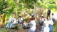 Para siswa ini berburu jaringan internet di tepi pantai untuk bisa melaksanakan ujian sekolah secara online.