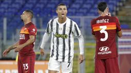 1. Cristiano Ronaldo - Megabintang Juventus itu dinyatakan terpapar virus corona pada Selasa (13/10/2020). Meski tidak menunjukan gejala apapun, kapten Timnas Portugal itu dikonfirmasi positif Covid-19 setelah menjalani tes swab. (AP/Gregorio Borgia)