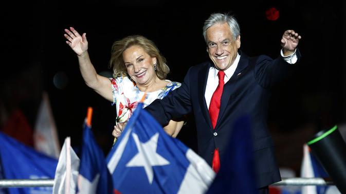 Sebastian Pinera dan istrinya Cecilia Morel saat merayakan kemenangan di Santiago, Chile, pada 17 Desember 2017. (AP Photo/Luis Hidalgo)