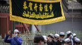 Umat Muslim berkumpul di luar Masjid Niujie sebelum sholat Idul Fitri di Beijing, Kamis (13/5/2021). Umat Muslim merayakan Idul Fitri dengan suasana hati yang tenang untuk tahun kedua Kamis karena pandemi COVID-19 yang kembali memaksa penutupan masjid. (AP Photo/Mark Schiefelbein)