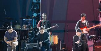 Awal Pembukaan Konser Anniversary 30 tahun Kahitna, Para personel kahitna pun terlihat antusias dalam menjalani konser dan persiapan mereka sudah matang agar konser mereka terlihat spetakuler.(Desmond Manulang/Bintang.com)