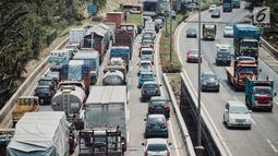 Kendaraan melintasi Tol Jakarta Outer Ring Road (JORR) di Jakarta, Senin (17/9). Integrasi tol JORR ini merupakan upaya meningkatkan pelayanan kepada pengguna jalan tol dan mendukung sistem logistik nasional. (Liputan6.com/Faizal Fanani)