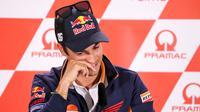 Pembalap Repsol Honda, Dani Pedrosa menghadiri sesi konferensi pers jelang MotoGP Jerman di Hohenstein-Ernstthai, Kamis (12/7). Pada kesempetan itu, Pedrosa mengumumkan pensiun dari MotoGP  saat musim 2018 ini berakhir. (Jan Woitas/dpa via AP)