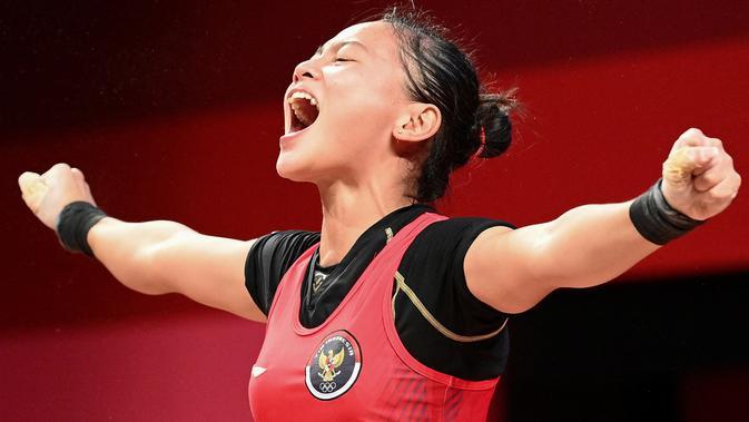 Indonesia mendapat medali pertama (perunggu) dari Windy Cantika Aisah yang turun di nomor 49kg putri cabang olahraga angkat besi. (AFP/Vincenzo Pinto)