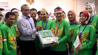 Partai Kebangkitan Bangsa (PKB) yang di wakili oleh Sekjen Abdul Kadir Karding menyerahkan berkas saat mendaftarkan Partainya ke Komisi Pemilihan Umum (KPU) Jakarta, Senin (16/10). PKB resmi mendaftar sebagai peserta Pemilu 2019. (Liputan6.com/JohanTallo)