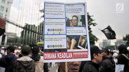 Massa Laskar Pembela Islam saat mengawal pemeriksaan Habib Bahar bin Smith di depan Gedung Bareskrim Polri, Jakarta, Kamis (6/12). Habib Bahar diduga menghina Presiden Joko Widodo dalam ceramahnya yang viral di media sosial. (Merdeka.com/Iqbal Nugroho)