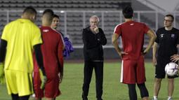 Pelatih Filipina, Sven-Goran Eriksson, mengamati anak asuhnya saat latihan di Stadion Madya Senayan, Jakarta, Selasa (22/11). Latihan ini persiapan jelang laga Piala AFF 2018 melawan Indonesia. (Bola.com/Yoppy Renato)