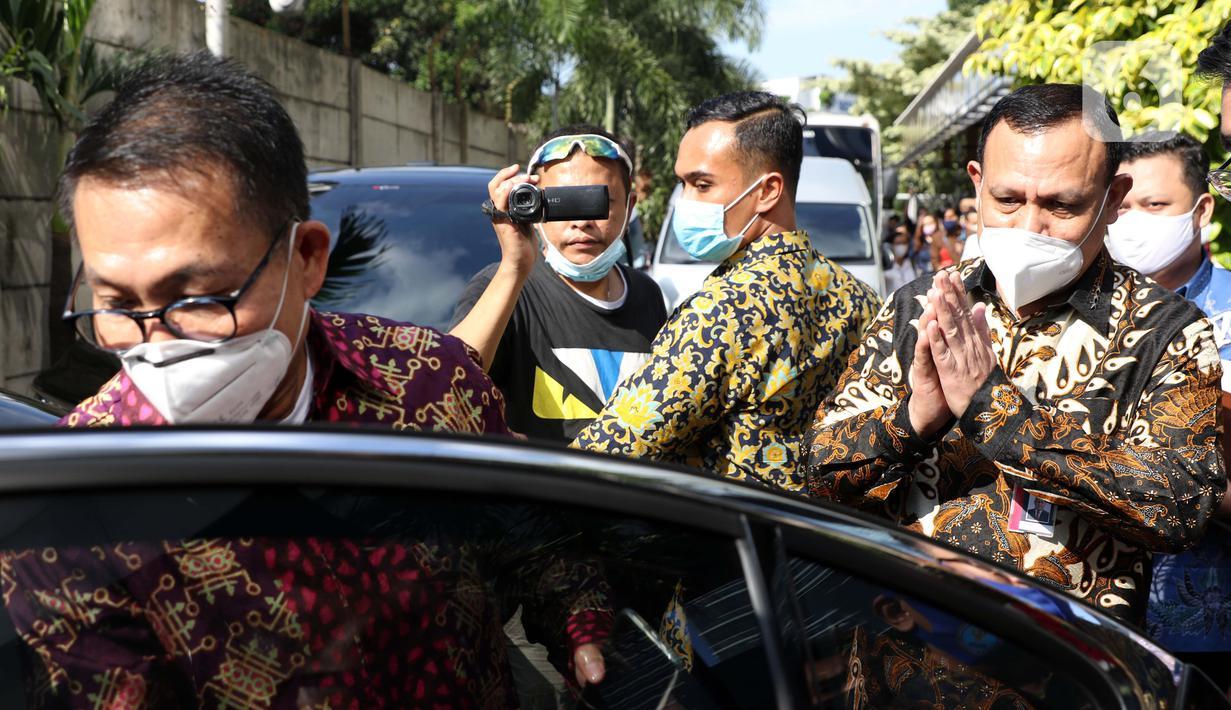 Ketua KPK, Firli Bahuri (kanan) memberi salam kepada Ketua Komisi III, Herman Hery (kiri) usai Rapat Dengar Pendapat dengan Pimpinan dan Dewan Pengawas KPK di Gedung KPK, Jakarta, Selasa (7/7/2020). Ini merupakan kali pertama RDP digelar di Gedung Merah Putih KPK. (Liputan6.com/Helmi Fithriansyah)