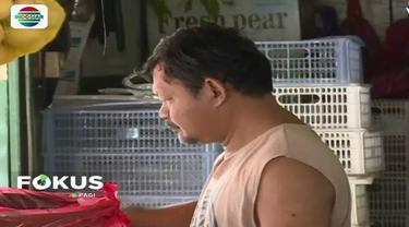 Sejumlah pedagang makanan mengaku dirugikan akibat imbas melemahnya rupiah saat ini, terutama perajin tahu yang menggunakan kedelai impor.