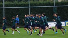 Para pemain Italia melakukan pemanasan selama sesi latihan tim di Coverciano, dekat Florence, Italia (11/11/2019). Italia akan bertanding melawan Bosnia Herzegovina dan Armenia pada Grup J Piala Eropa 2020. (Claudio Giovannini / ANSA via AP)