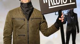 Model berpose dengan poster #Resist saat presentasi karya desainer Robert James dalam New York Fashion Week (NYFW) di New York,AS  (30/1). Presentasi ini menampilkan poster-poster yang menyindir kebijakan Donald Trump. (Robin Marchant Getty Images/AFP)