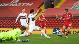 Striker Liverpool, Diogo Jota, berusaha mencetak gol ke gawang Midtjylland pada laga Liga Champions 2020/2021 di Stadion Anfield, Rabu (28/10/2020) dini hari WIB. Liverpool menang 2-0 atas Midtjylland. (AFP/Michael Regan/pool)