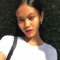 Laras Sekar, model asal Indonesia yang tampil di iklan kosmetik Kim Kardashian. (dok. Instagram @larasekar/https://www.instagram.com/p/BxhfKfYHsrt/Putu Elmira)