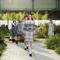 Inspirasi bisa datang dari mana saja, salah satunya melalui kisah masa lalu yang bisa dijadikan karya penuh makna dari koleksi Chanel Spring Summer 2020.