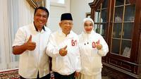 Foto Cawapres Ma'ruf Amin bersama istrinya Wury Estu Handayani dan Koordinator Media Ma'ruf, Monang Sinaga menggunakan jaket putih (Istimewa)
