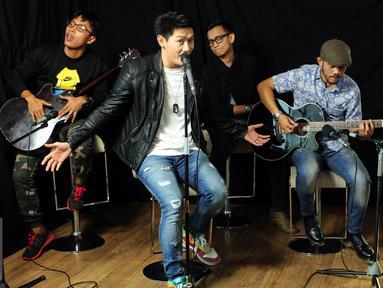 """Grup musik asal Yogyakarta yang dibentuk pada tanggal 17 Januari 1999 mengunjungi kantor redaksi Liputan6.com di Senayan, Jakarta, Selasa (28/7/2015). Seventeen meluncurkan single terbaru berjudul """"Bukan Main - Main"""". (Liputan6.com/Helmi Affandi)"""