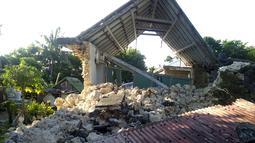 Sebuah rumah rusak setelah gempa kembar berkekuatan magnitudo 5,4 dan 5,9 di Itbayat on Pulau Batanes, Filipina (27/7/2019). Puluhan orang lainnya luka-luka akibat gempa kembar yang terjadi dua kali dalam selisih waktu beberapa jam. (Agnes Salengua Nico via AP)