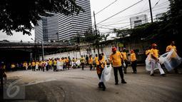 Ratusan karyawan dan relawan Artha Graha Peduli membersihkan sampah di kawasan Jakarta Pusat, (21/02). 1500 orang dari berbagai komunitas, instansi dan perusahaan membersihkan sampah dalam rangka Hari Peduli Sampah Nasional (Liputan6.com/Fery Pradolo)